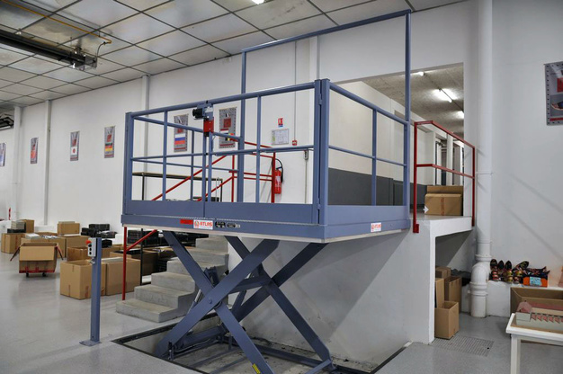 Lifting table for loading dock